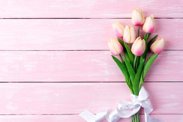 San valentino e il concetto di amore. tulipani rosa su fondo in legno.