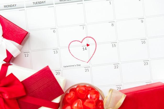 San valentino il 14 febbraio, makred sul calendario o sul desk planner