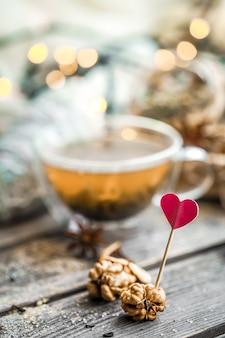 San valentino natura morta con tè e un cuore