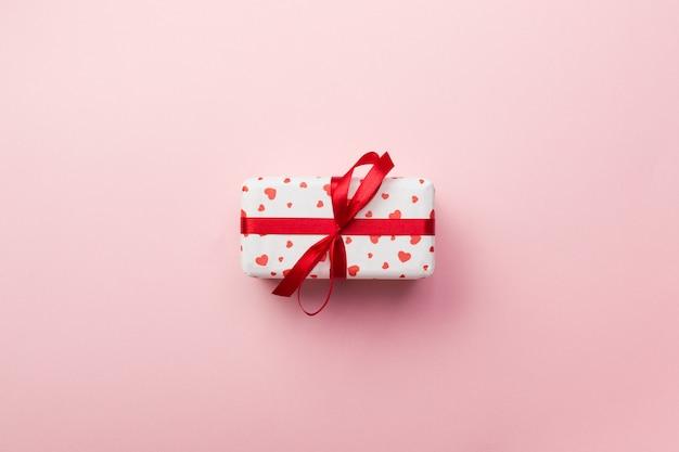 San valentino o altra vacanza regalo fatto a mano in carta con cuori rossi e confezione regalo in involucro festivo