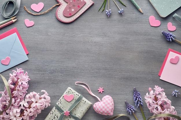 San valentino o festa di primavera, piatto disteso con fiori di giacinto, carte, regali, carte e spazio testo