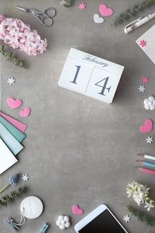 San valentino piatto disteso con fiori di giacinto di perle e calendario