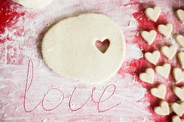 San valentino sfondo con cuori. biscotti di san valentino. messa a fuoco selettiva.