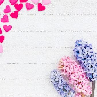 San valentino sfondo con cuori e fiori di giacinto. vista dall'alto
