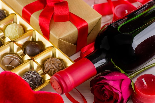 San valentino sfondo romantico con cioccolato e vino.