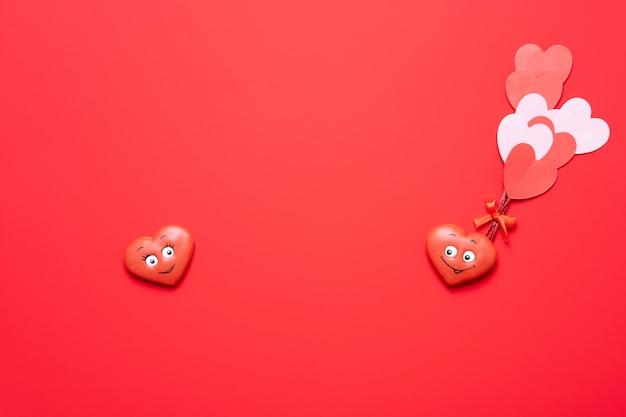 San valentino sfondo rosso con cuori innamorati.