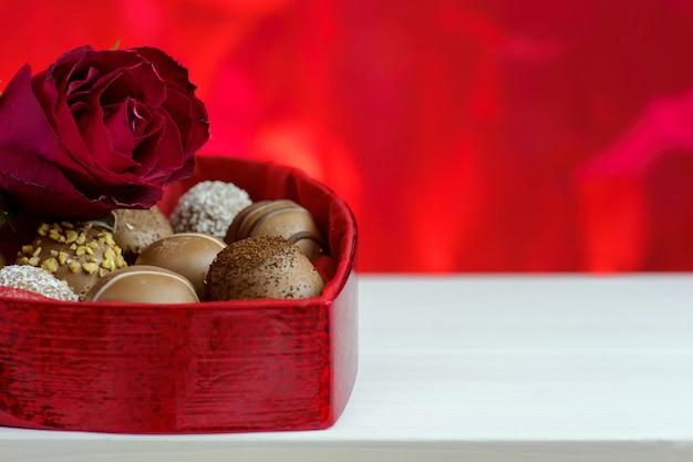 San valentino sfondo rosso con rose e cioccolato.