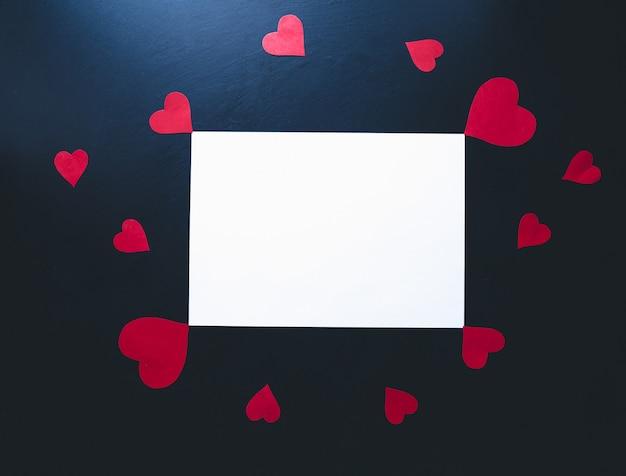 San valentino sullo sfondo. cuori di carta su uno sfondo blu