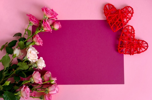 San valentino sullo sfondo. rose su sfondo rosa pastello.