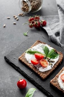 Sana colazione con pane tostato e pomodori ad alta vista