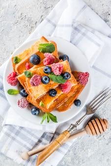 Sana colazione estiva, grissini tostati al forno con bacche fresche e miele