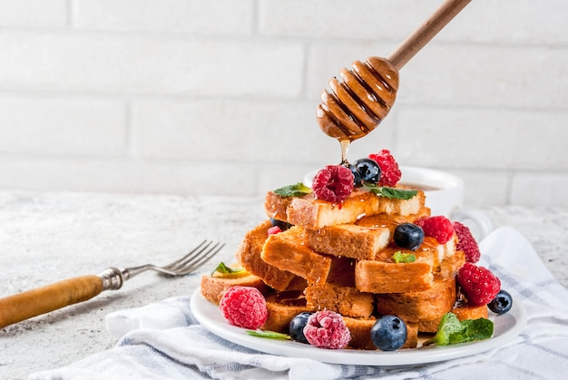 Sana colazione estiva, pane tostato francese al forno con frutti di bosco