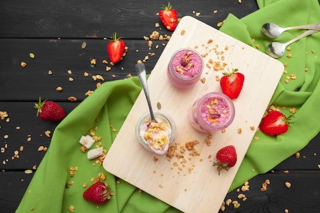 Sana colazione estiva. vaso con muesli, yogurt e fragole