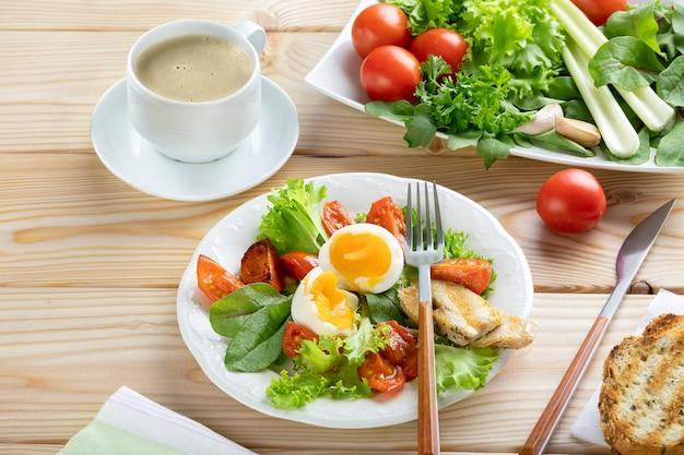 Sana colazione in stile europeo o americano con uova sode, verdure ed erbe. copia spase