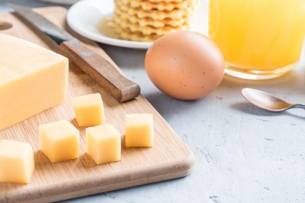 Sana colazione succo di formaggio caffè miele di arachidi uovo waffle biscotti caffè al caffè messa a fuoco selettiva.