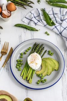 Sana colazione - uova in camicia con asparagi, avocado e piselli