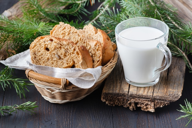 Sana colazione vegana. granola di farina d'avena con latte di avena e frutti di bosco sul tavolo di legno.