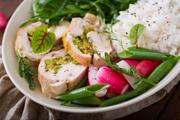 Sana insalata con involtini di pollo, ravanelli, spinaci, rucola e riso. nutrizione appropriata. menu dietetico