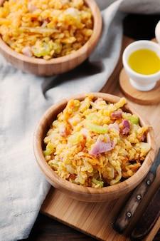 Sana insalata con lenticchie, verdure e prosciutto
