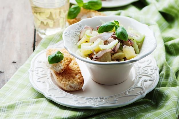 Sana insalata con polpo, sedano e patate