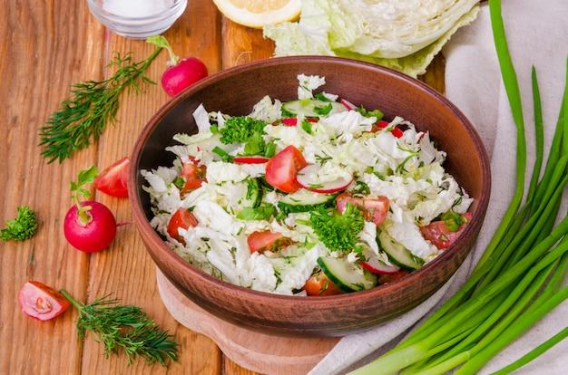 Sana insalata con verdure fresche, erbe aromatiche, succo di limone e olio d'oliva.