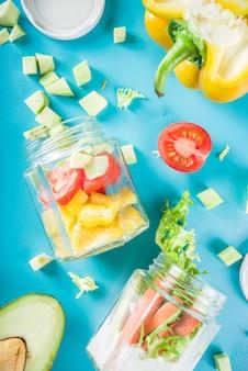 Sana insalata di verdure in barattoli