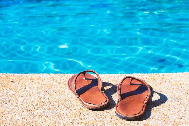 Sandali e piscina