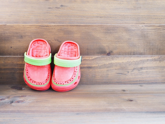 Sandali in gomma per bambini su legno