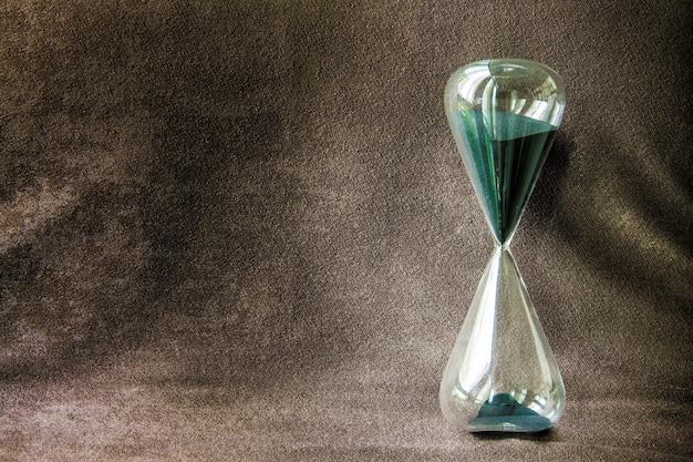 Sandglass classico verde e sfondo marrone