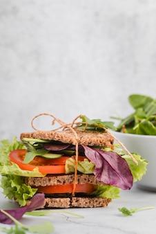 Sandwich ad alto angolo con verdure