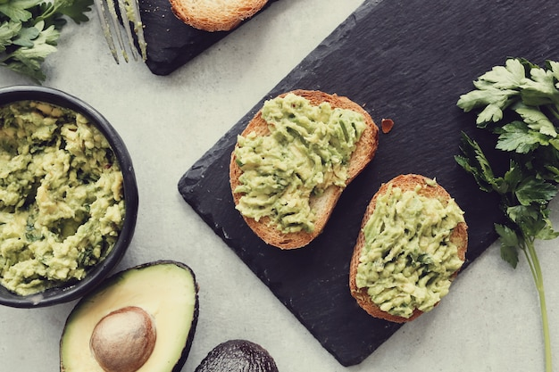 Sandwich di avocado biologico