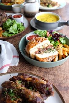 Sandwich di carne con patatine fritte e altri alimenti