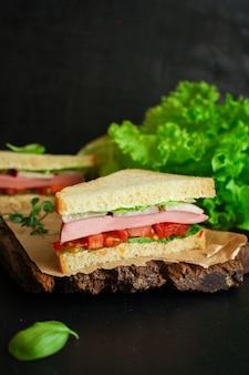 Sandwich di salsiccia, verdure, lattuga