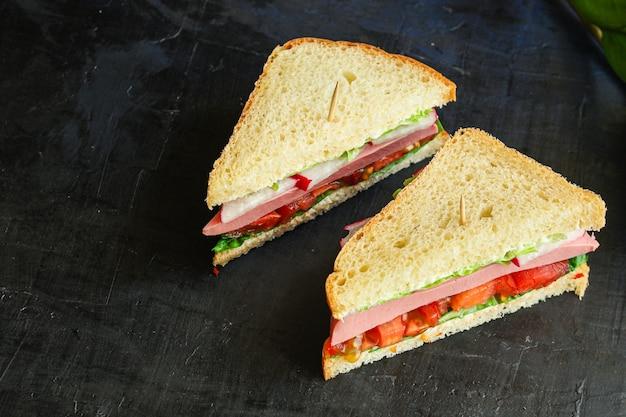Sandwich di salsiccia, verdure, tamato, lattuga