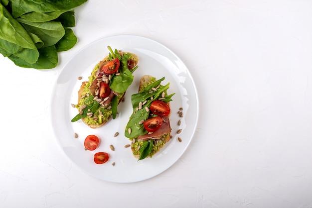 Sandwich su superficie bianca