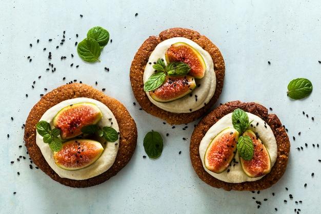 Sane torte vegane senza glutine con base di biscotti al sesamo e crema di anacardi.