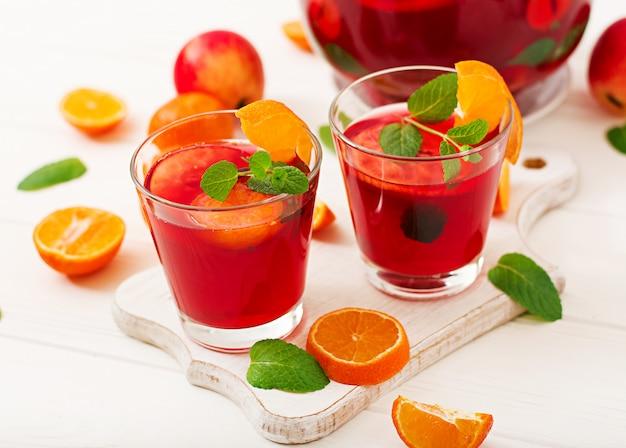 Sangria con frutta e menta