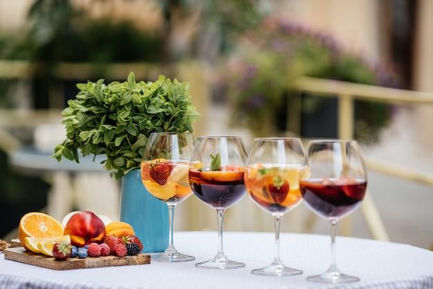 Sangria rossa deliziosa con i frutti sulla tavola