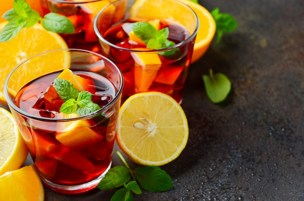 Sangria spagnola cocktail e ingredienti su cemento scuro o pietra