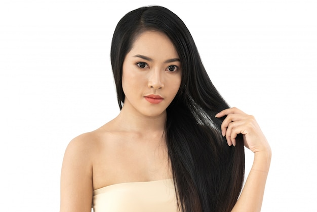 Sanità di bellezza della bella donna con capelli lisci dritti lucidi lunghi neri isolati