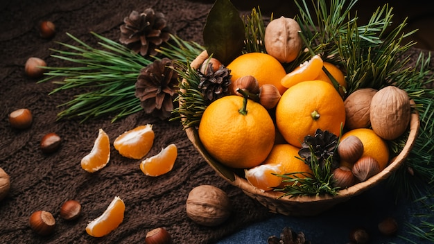 Sano cibo naturale di noci, nocciole e mandarini