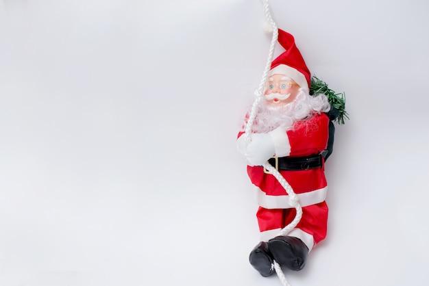 Santa claus con l'albero di natale su bianco. felice anno nuovo