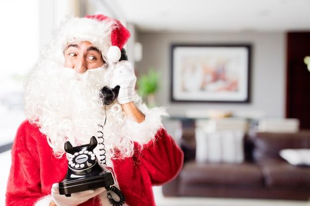 Santa con un vecchio telefono in una casa