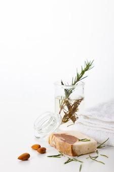 Sapone fatto a mano. cura della pelle con aroma di mandorla e rosmarino. trattamenti benessere e aromaterapia per una pelle liscia e sana