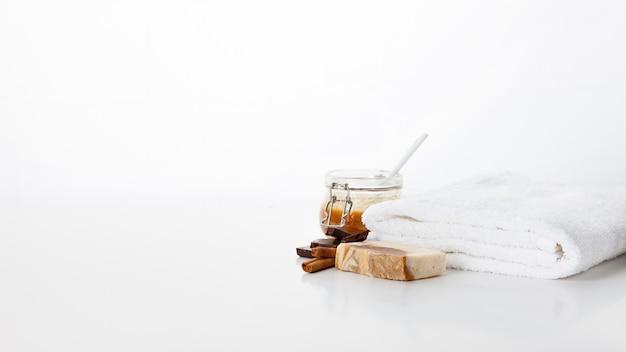 Sapone fatto a mano. cura della pelle con l'aroma di miele, cioccolato e cannella. trattamenti benessere e aromaterapia per una pelle liscia e sana