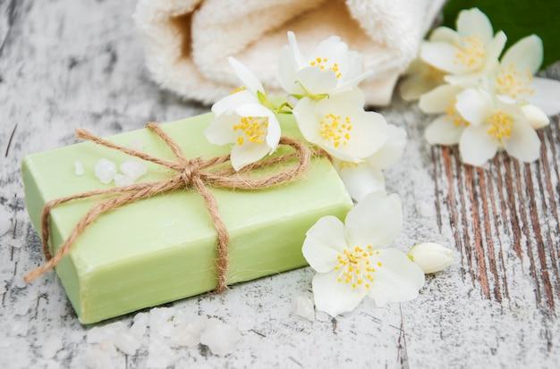 Sapone fatto a mano e fiori di gelsomino