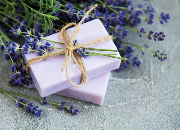 Sapone fatto a mano e fiori di lavanda