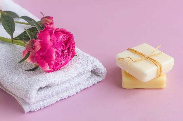 Sapone naturale con estratto di peonia, profumo floreale e asciugamano. cura della pelle del viso e del corpo, cosmetici naturali, trattamenti spa