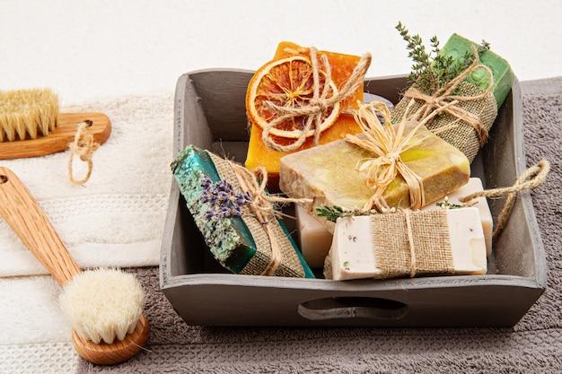 Sapone naturale fatto a mano e shampoo a secco, spa ecologica, concetto di bellezza per la cura della pelle.