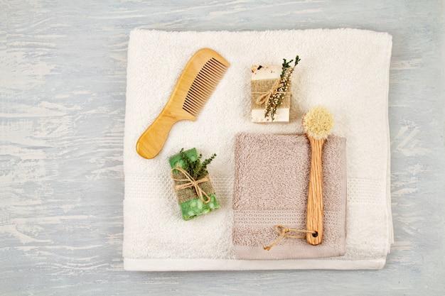 Sapone naturale fatto a mano, shampoo a secco e accessori per il bagno, spa ecologica, concetto di bellezza per la cura della pelle.